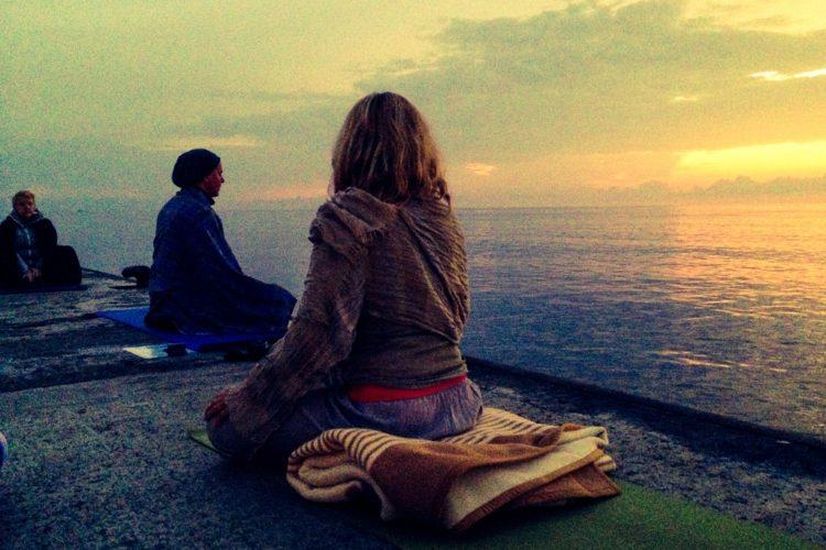 Tiefer in den Yoga einsteigen – aber wie?