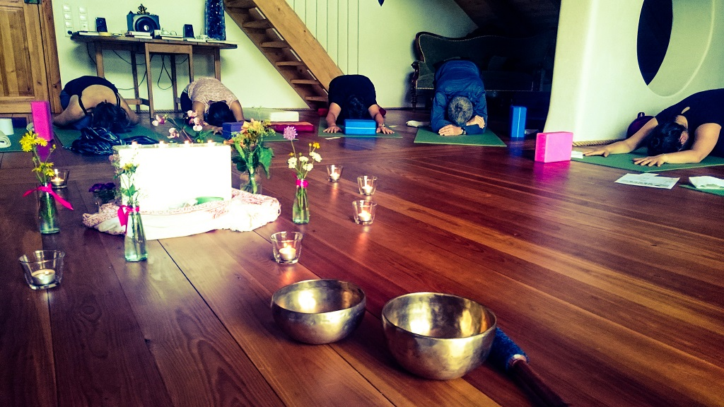 yoga-und-ayurveda-wochenende-ayurvedahof-engel-balasana-entspannung