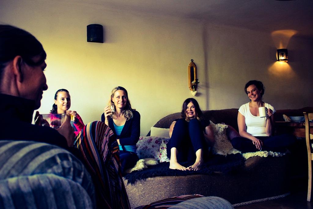yoga-und-ayurveda-wochenende-ayurvedahof-engel-pause-vom-yoga-entspannung-tee
