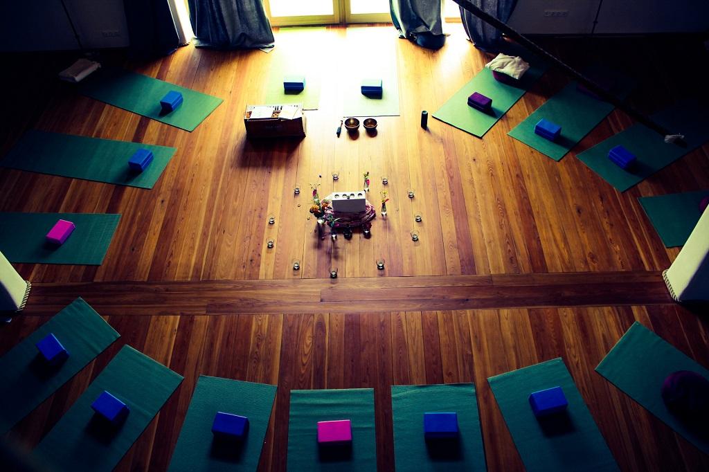 yoga-und-ayurveda-wochenende-stefan-geisse-yogaraum-von-oben-yogamattern