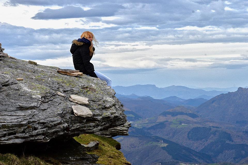 Yoga in den Bergen - Frau an einem Abhang