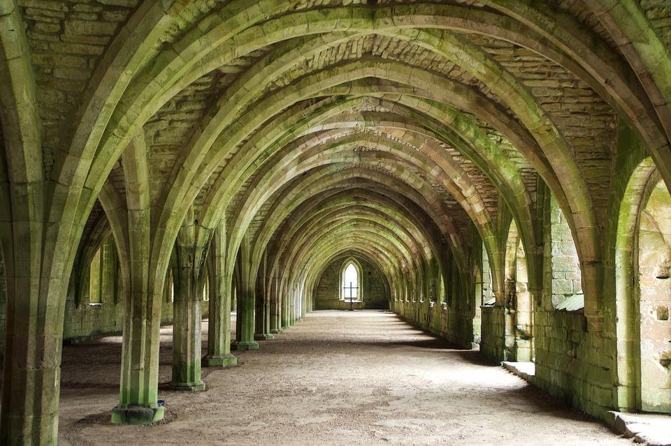 Urlaub im Kloster: Gang in einem englischen Kloster