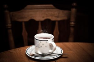 Klosterferien: Tasse mit dampfendem Tee