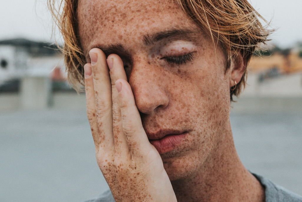 Schlafstörungen kann auch zu Tagesmüdigkeit führen und den Organismus belasten