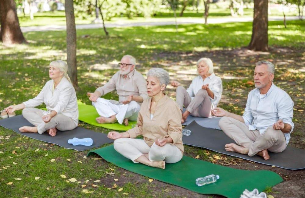 Ältere Menschen praktizieren Yoga