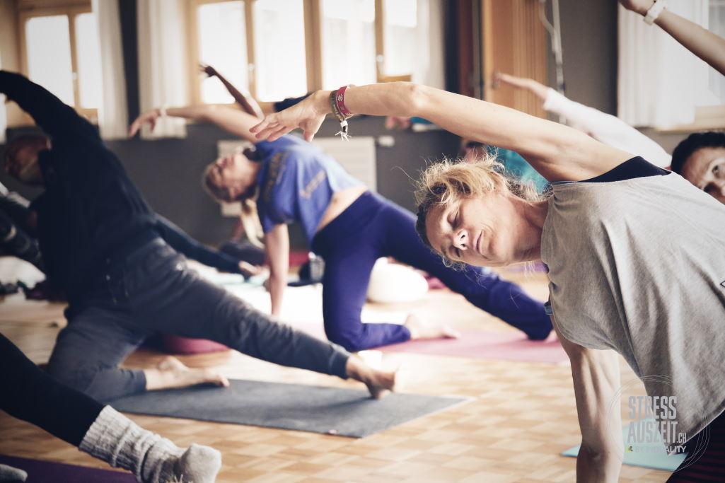 Yogaübungen bei den Yogaferien am See