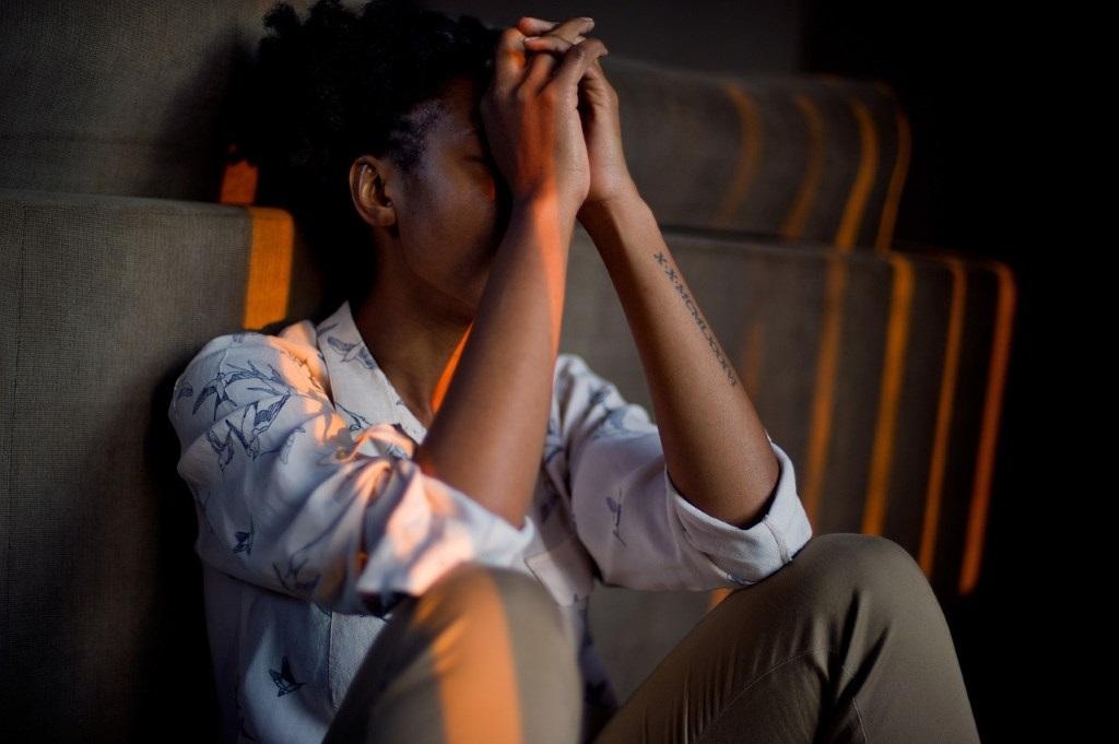 Erschöpfte Frau leidet unter Burnout