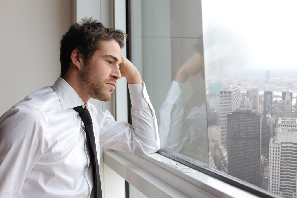 Stress kann viele Symptome wie Schlafstörung, Verdauungsprobleme oder Gereiztgeit verursachen.